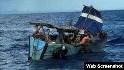 Embarcación en la que llegaron balseros cubanos a puerto Progreso, Yucatán. Archivo.