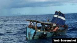 Embarcación en la que llegaron los balseros cubanos a puerto Progreso, Yucatán, en busca de ayuda para una mujer embarazada que viajaba en el grupo.
