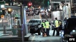 Vista de un vehículo siniestrado en el escenario en el que ha tenido lugar un atropello en Melbourne (Australia), hoy 21 de diciembre de 2017.