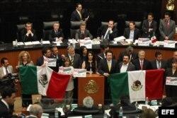Senadores del izquierdista Partido de la Revolución Democrática (PRD) se toman la tribuna del Senado en Ciudad de México, para tratar de evitar la votación de la reforma energética en comisiones.