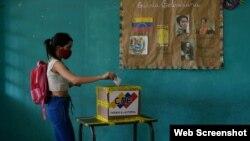 Una electora emite su voto para elegir miembros de la Asamblea Nacional, Caracas, Venezuela, elecciones de diciembre de 2020