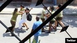 Fuerzas de la PNR y la Seguridad del Estado detienen a Damas de blanco Berta Soler y Zulema Jiménez. (Foto: Angel Moya)