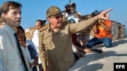 Raúl Castro Ruz (dcha), conversa con el Embajador de España Carlos Alfonso Saldívar.