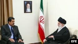 El presidente de Venezuela, Nicolás Maduro, con el Ayatolllah iraní, Ali Khamenei, en Teherán.