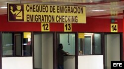 Un hombre chequea sus documentos antes de viajar, en el aeropuerto José Martí de La Habana. EFE/ Alejandro Ernesto