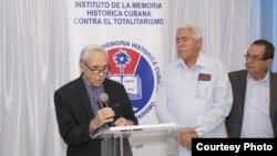 """El poeta cubano Angel Cuadra (izq.) agradece el otorgamiento de la orden """"Ciudadano de América José Martí""""."""