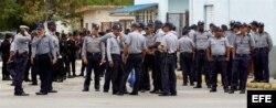 Policías cubanos cerca de la Ciudad Deportiva.