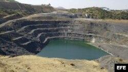 Vista de la mina de El Entredicho, típica mina de exterior (a cielo abierto) donde se extrae el mineral mediantes grandes excavadoras y volquetes.