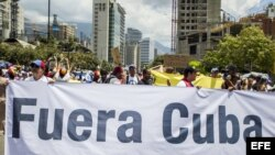 Marcha opositora en Caracas hacia la embajada cubana.