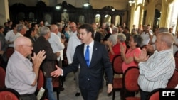 El presidente del gobierno autónomo de Galicia Alberto Núñez Feijóo (c) con descendientes de gallegos residentes en Cuba. Foto del 5 de diciembre del 2013.