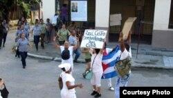 Damas de Blanco protestan antes de ser arrestadas en su sede nacional en el barrio de Lawton, La Habana. Foto de archivo A. Moya.