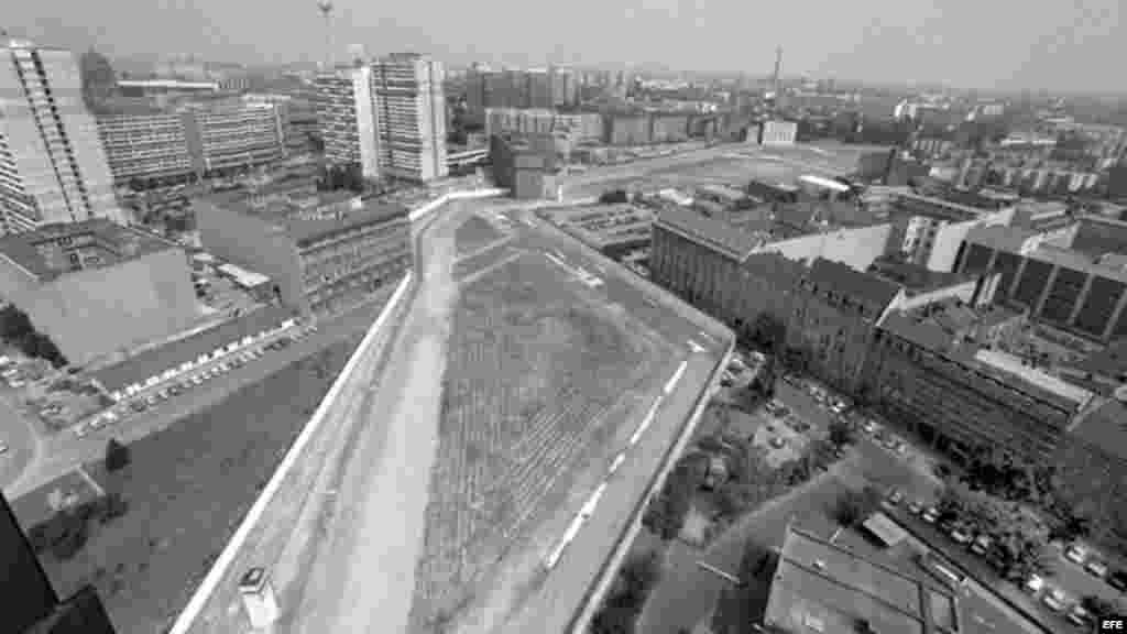 """Foto de archivo tomada el 18 de julio de 1986 de una vista general de Berlín dividido cerca del """"checkpoing Charlie"""" en Berlín (Alemania)."""