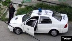 Una patrulla de la policía política vigila la sede de las Damas de Blanco. (Archivo)