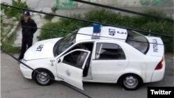 Una patrulla de la policía política en una calle de La Habana.