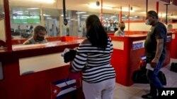 Un chequeo de inmigración en el Aeropuerto de La Habana. YAMIL LAGE / AFP