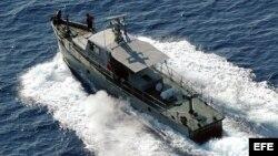 Una embarcación de las Tropas Guardafronteras (TGF) cubanas patrulla las costas del municipio de Baracoa, Guantánamo.