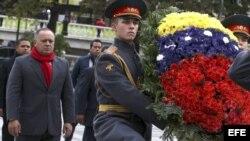 Fotografía cedida por la Asamblea Nacional (AN) donde se ve al presidente de la Asamblea Nacional de Venezuela, Diosdado Cabello (2-i), participando en una ofrenda floral ante la Tumba del Soldado Desconocido el 2 de octubre de 2013, junto al Kremlin en M