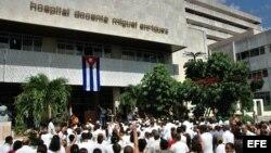 ARCHIVO. Cubanos congregados en el Hospital Miguel Enríquez, del Municipio 10 de Octubre en La Habana.