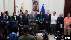 El portavoz de la oposición venezolana, Ramón Guillermo Aveledo (c), habla con la prensa el martes tras la segunda jornada de diálogo con el gobierno.