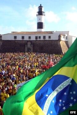 Miles de personas se reúnen en la zona FIFA Fan Fest para ver el partido entre Brasil y México.