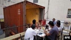 Varias personas comen los platos de los chefs que participan en el Proyecto Paladar.