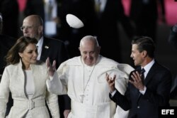 El papa Francisco conversa con el presidente mexicano, Enrique Peña Nieto (d), y la primera dama, Angélica Rivera.