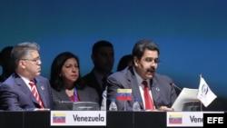 Archivo - El vicepresidente de Venezuela, Nicolás Maduro (d), junto a su canciller, Elías Jaua (i), en la cumbre del CELAC.