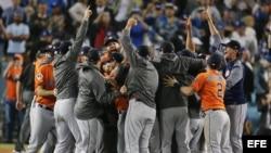 Los jugadores de los Astros de Houston celebran su triunfo al término del séptimo y definitivo juego de la Serie Mundial de las Grandes Ligas (MLB) de béisbol disputado contra los Dodgers de Los Angeles.