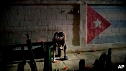 Un cubano se conecta a Internet desde su celular. AP Photo/Ramon Espinosa