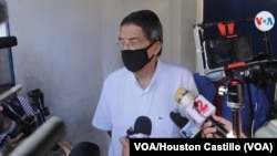 Sergio Ramírez, escritor nicaraguense, al salir de la fiscalía a principios de junio de 2021. Foto Houston Castillo, VOA.