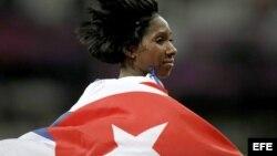 La cubana Yarisley Silva celebra la plata en salto de pértiga en el Estadio Olímpico de Londres, Reino Unido. Foto Archivo.