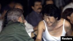 Fidel Castro saluda a la artista Setsuko Ono en la 8va Bienal de La Habana, en 2003.
