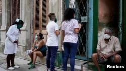 Estudiantes de Medicina chequean un vecindario en busca de casos. REUTERS/Alexandre Meneghini