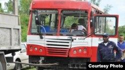 El autobús Diana es remolcado tras ser retirado del lugar donde se volcó en la ciudad de Cienfuegos