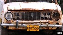 Detalle de un viejo auto ruso que permanece abandonado en un estacionamiento en La Habana (Cuba) el 28 de septiembre de 2011.