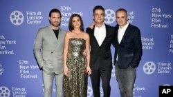 De izq. a der. Edgar Ramírez, Penélope Cruz y Wagner Moura junto al director Olivier Assayas. en la premiere en New York . Evan Agostini/Invision/AP