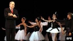 Foto de archivo de 2004. El maestro Fernando Alonso (der), creador de la Escuela Cubana de Ballet recibe el aplauso de las nuevas generaciones durante un homenaje organizado por el Centro Pro Danza, el viernes 30 de julio en el Gran Teatro de La Habana.