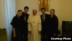 El Papa Francisco recibió en El Vaticano a la familia del fallecido opositor cubano Oswaldo Payá en mayo de 2014.