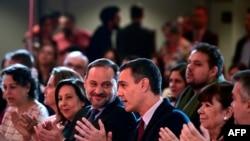El presidente del Gobierno español, Pedro Sánchez, conversa con el ahora ministro de Transporte, José Luis Ábalos, en Madrid, en octubre del 2019.