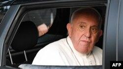 El Papa francisco sale del edificio de Cáritas en Rabat, Marruecos, el sábado 30 de marzo de 2019.