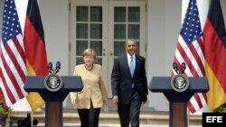 El presidente estadounidense Barack Obama (d) y la canciller alemana Angela Merkel (i) durante la rueda de prensa tras su encuentro celebrado en la Casa Blanca, Washington, Estados Unidos hoy 2 de mayo de 2014 en donde abordaron principalmente la tensión