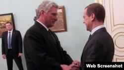 Díaz-Canel y Medvedev se saludan durante una visita del gobernante cubano a Moscú. (Archivo)