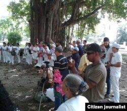 Reporta Cuba. Activistas acompañan a Damas de Blanco en La Habana. Foto: Ángel Moya.