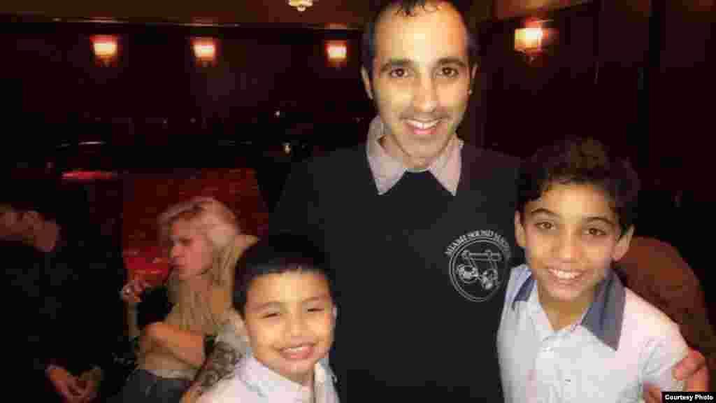 El hijo de Gloria y Emilio Estefan, Nayib, junto a los chicos que le interpretan en Broadway.