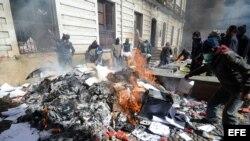 Policías bolivianos queman documentos en la sede de la Inteligencia de su institución el viernes 22 de junio de 2012, en La Paz, Bolivia.