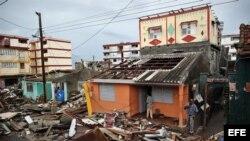 Cubanos se recuperan hoy, miércoles 5 de octubre de 2016, de los destrozos y estragos causados por el paso del huracán Matthew en Baracoa, provincia de Guantánamo (Cuba).