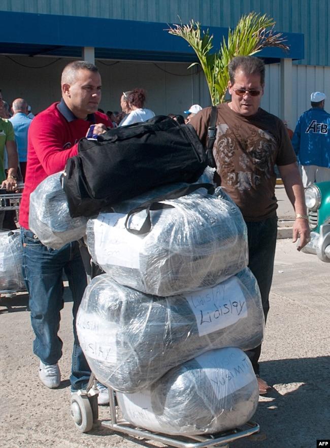 Foto Archivo. Cubanos a su llegada al Aeropuerto Internacional José Martí. AFP PHOTO/ADALBERTO ROQUE