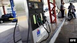 Una motocicleta es recargada en una estación de servicio de gasolina en Caracas (Venezuela).