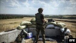 Soldado ucraniano vigilando un punto de control de acceso a Donetsk, al este de Ucrania.