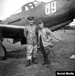 Pilotos de EEUU y la URSS junto a una nave estadounidense.